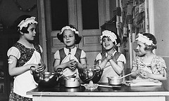 Three girls learn cooking by ~~*♥♥♥Michelle♥♥♥*~~~  (Flickr)